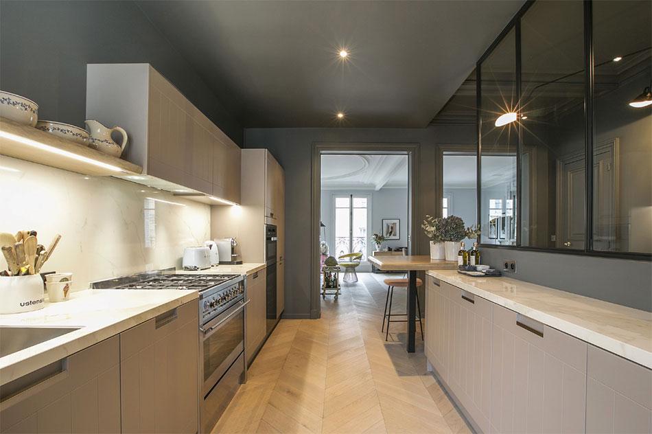 Een stijlvolle houten keuken gecombineerd met een wit marmeren keukenblad. Klik hier voor meer foto's.