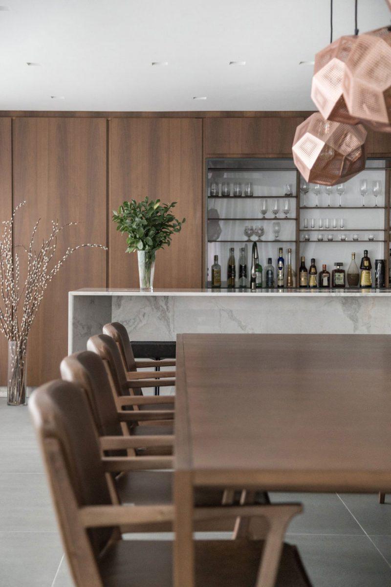 Houten keuken met een wit marmer eiland