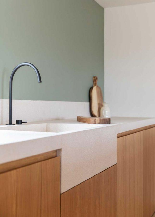 houten keuken wit werkblad zwarte kraan