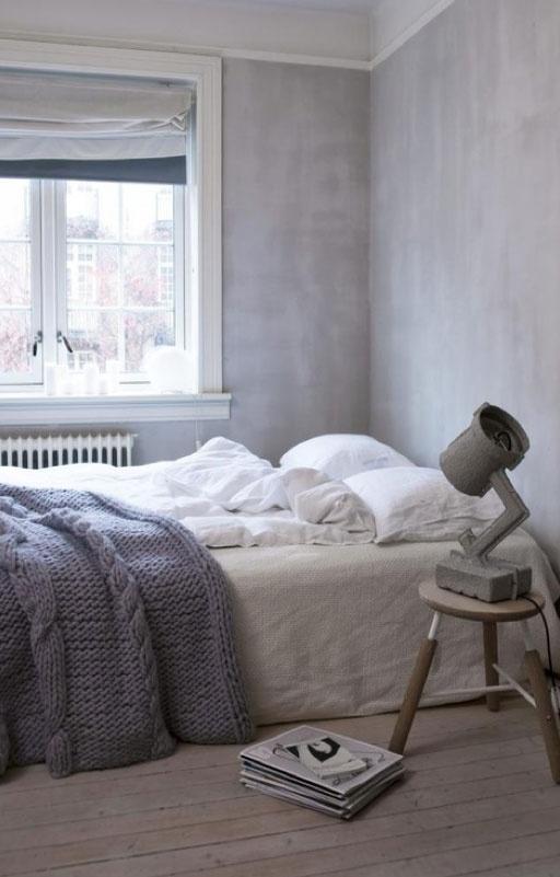Houten krukje als nachtkastje