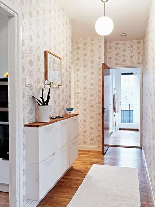 Houten plank op witte IKEA kast