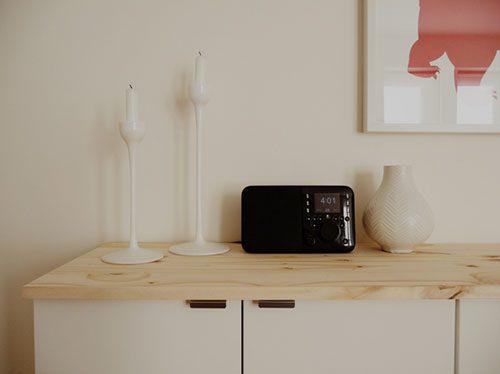 Houten plank op witte IKEA kast : Interieur inrichting