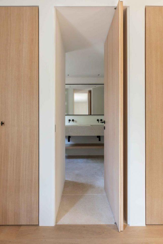 houten taatsdeur serene badkamer