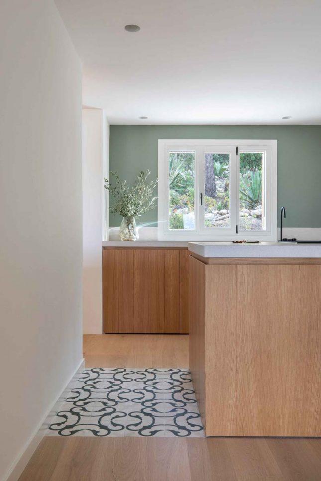houten vloer en tegels keuken
