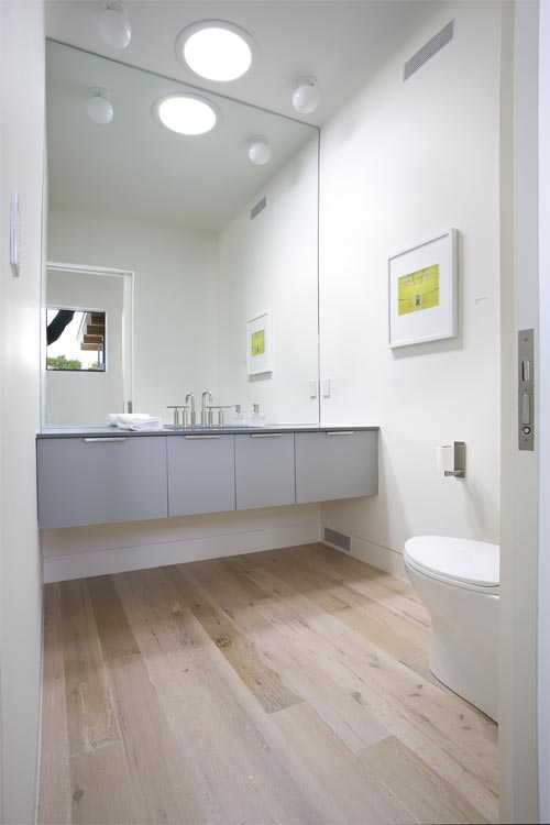 Een moderne badkamer met een hardhouten vloer met een mooie white wash ...