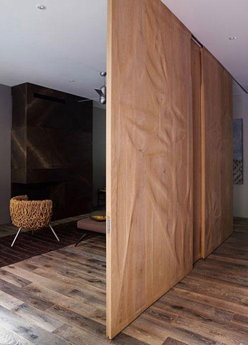 Houten wand als roomdevider in woonkamer
