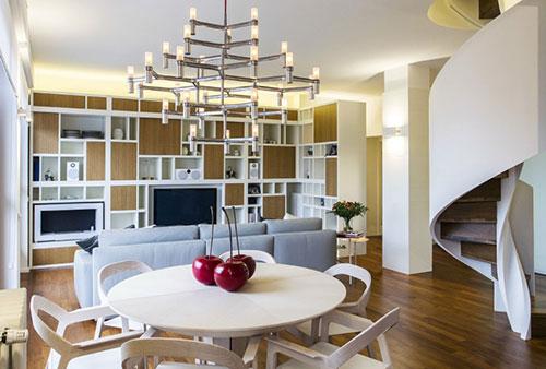 Moderne wenteltrap in woonkamer