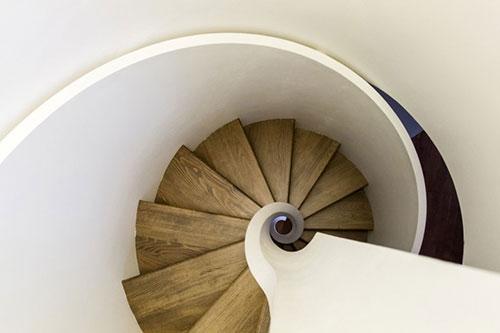 Moderne wenteltrap in woonkamer interieur inrichting for Houten wenteltrap