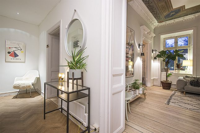 In dit appartement hebben ze de karakteristieke originele details gecombineerd met een Scandinavisch interieur