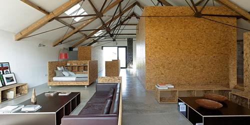 Industriële woonkamer van vervallen boerderij