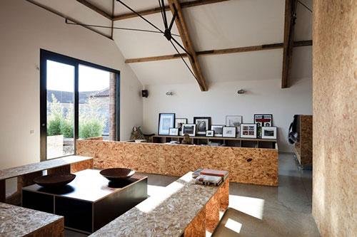 Industriële woonkamer van vervallen boerderij | Interieur inrichting
