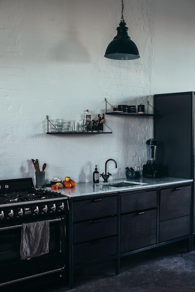 Nora en Laura van Design Tales bewijzen dat een wit marmer keukenblad ook super mooi staat in een stoere zwarte industriële keuken. Klik hier voor meer foto's.