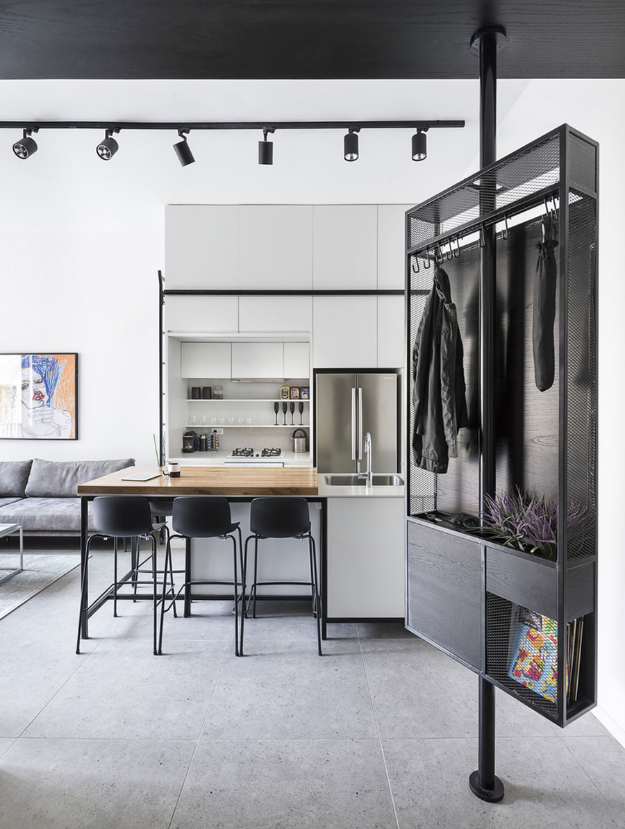 Inspirerende garderobekast in een open hal van een klein appartement
