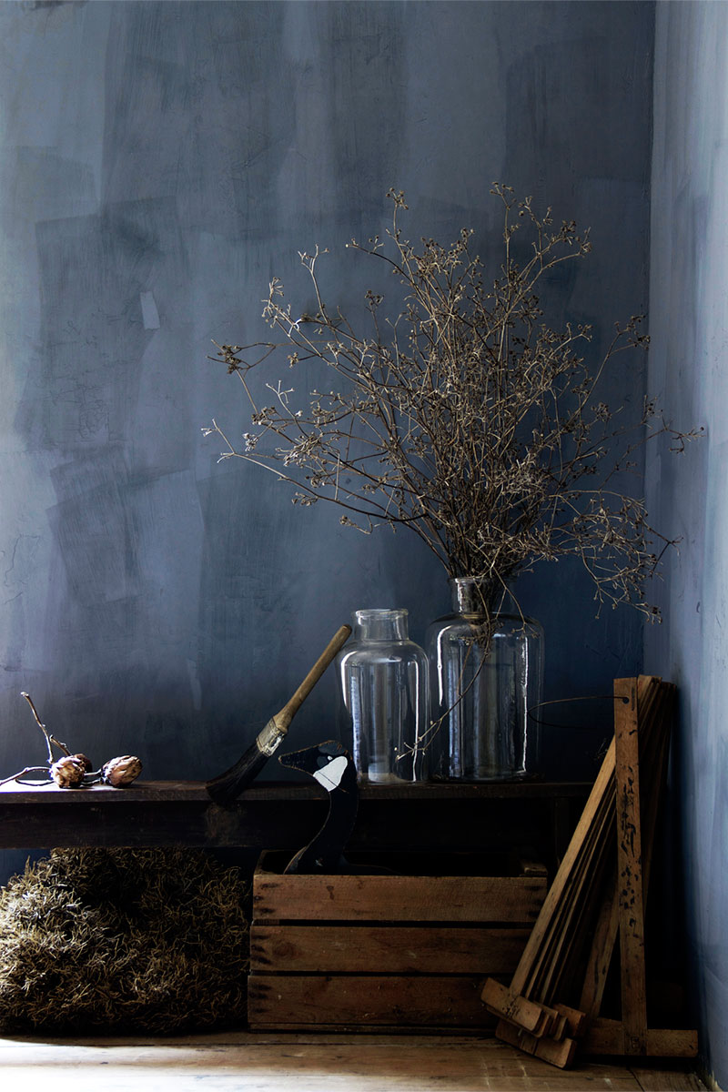 Grijsblauwe kalkverf muur - Bauwerk Colour - Nortern light
