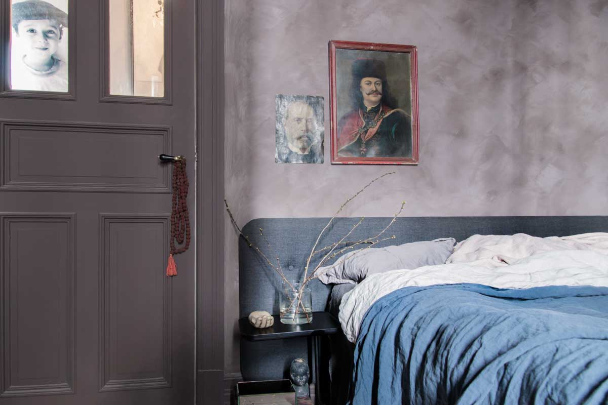 Kalkverf muur in slaapkamer - Pure & Original Aubergine