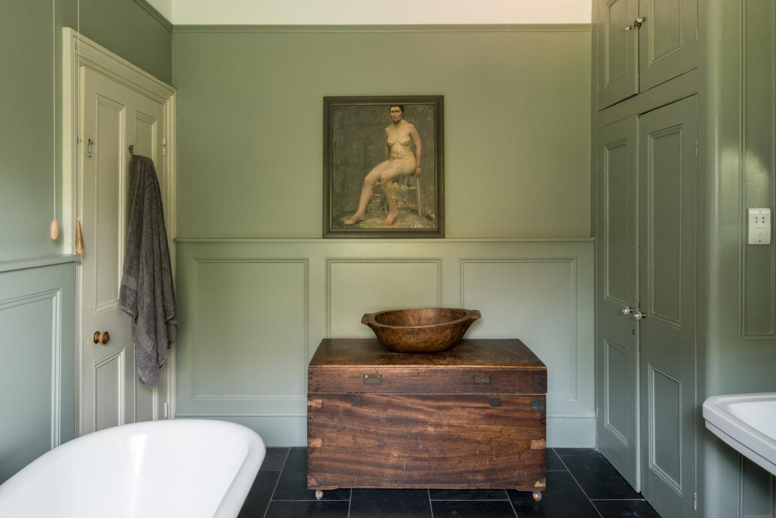 Karakteristieke landelijke badkamer met mosgroene muren
