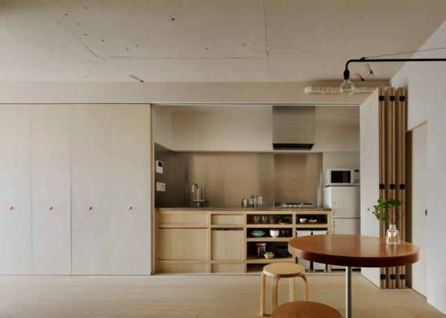 Keuken achter grote kastenwand met harmonicadeuren