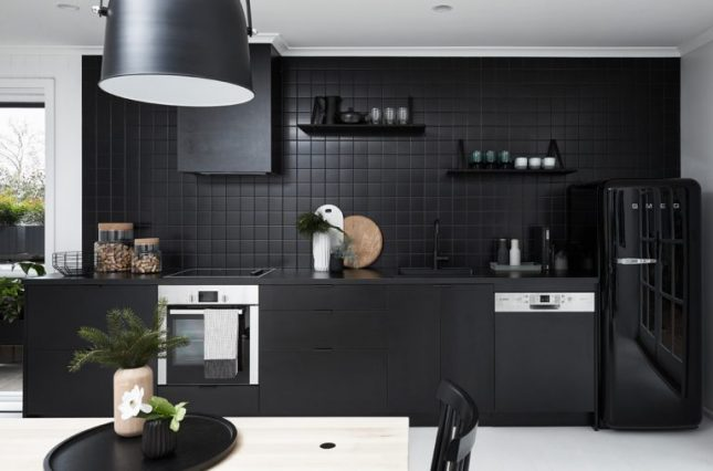 keuken achterwand matzwarte tegels