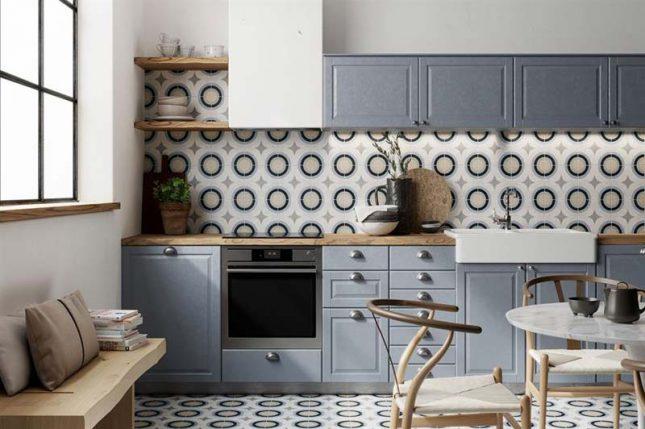 Zelfde tegels vloer en keuken wand