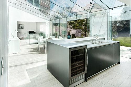 Keuken in enorme serre