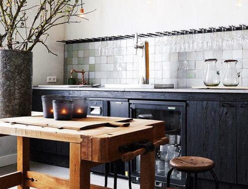 keuken, keuken inspiratie, huiselijke keuken, restaurant keuken, restaurant Den Burgh, zwarte keukenkasten, zwarte houten keukenkasten, rustieke werktafel, houten werktafel
