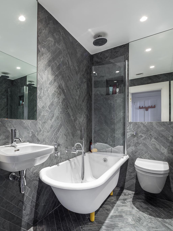 Klassiek moderne badkamer in een klein appartement van 36m2