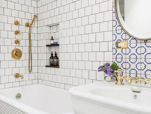 Klassieke badkamer met mooie tegels