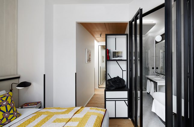 De klassieke badkamer in stoer appartement uit Parijs