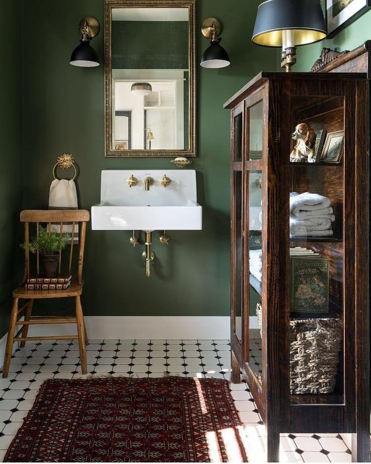 klassieke houten vitrinekast badkamer