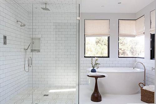 Oude Badkamer Spiegels ~ Het is een hele lichte badkamer Niet alleen door de witte basis met