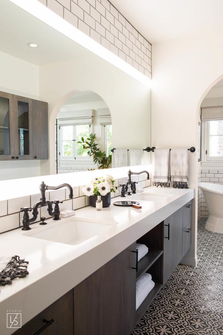 De klassieke zwarte opbouwkranen staan prachtig bij de zwart witte patroontegels in deze door ontwerpbureau Studio LIFE.STYLE. ontworpen badkamer. Klik hier om meer foto's te bekijken.