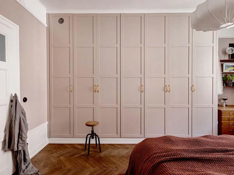 kledingkast oud roze verven slaapkamer
