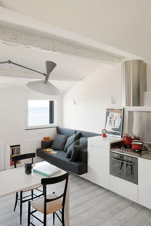 Klein appartement op zolderverdieping oud vissershuisje interieur inrichting - Deco klein appartement ...