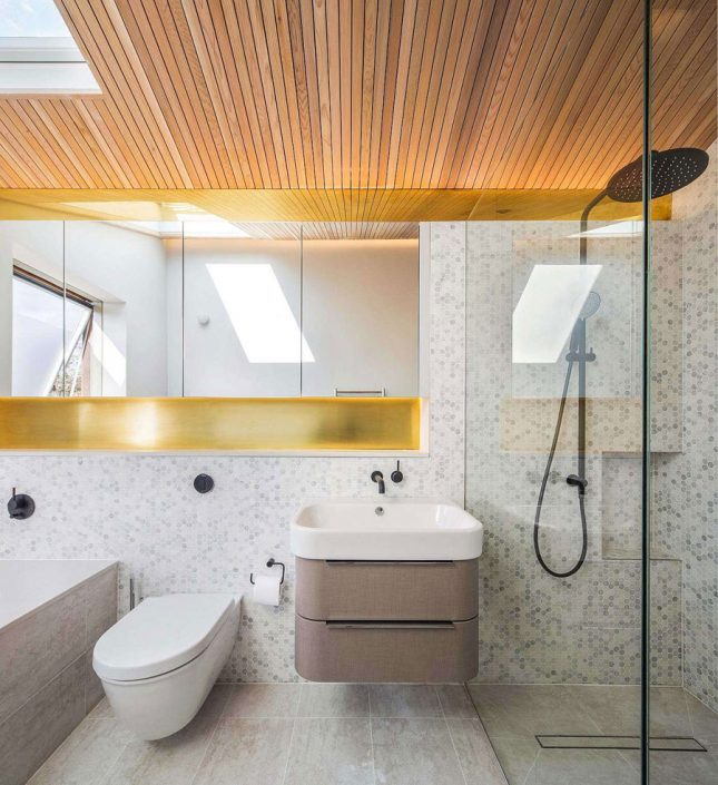Kleine badkamer met bad en douche