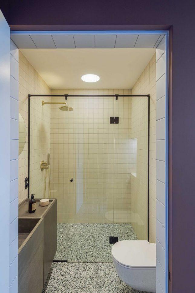 Kleine badkamers voorbeelden glazen schuifdeur