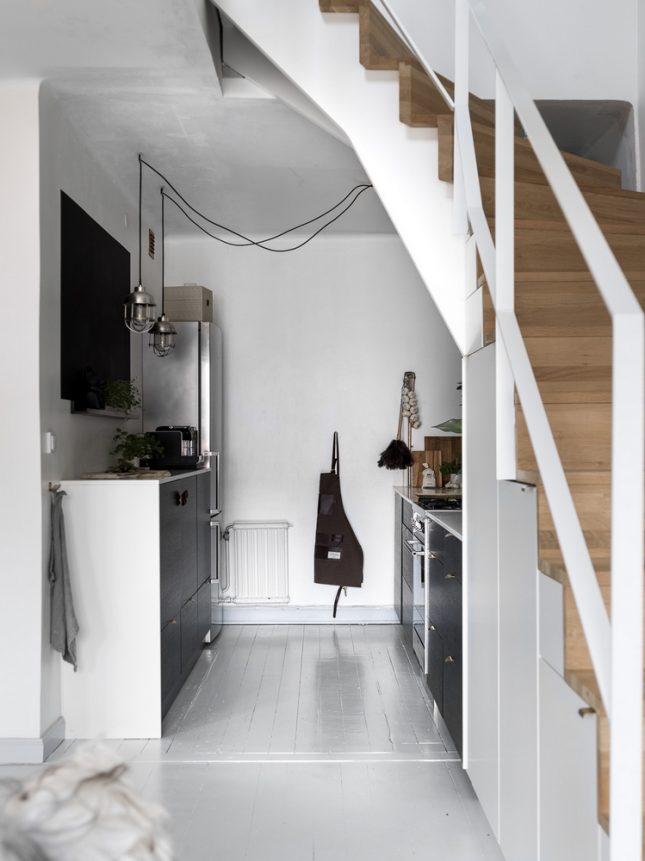 kleine donkere keuken
