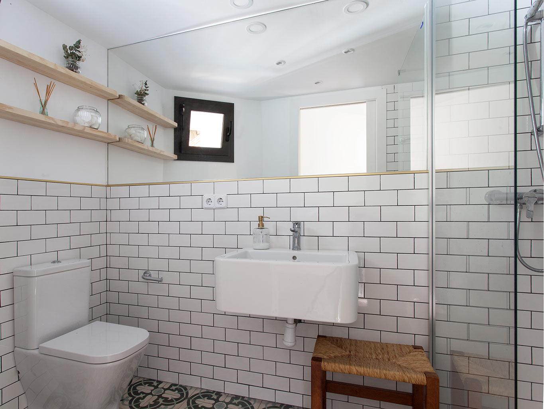Kleine driehoekige badkamer van een stoere loft woning uit Barcelona ...