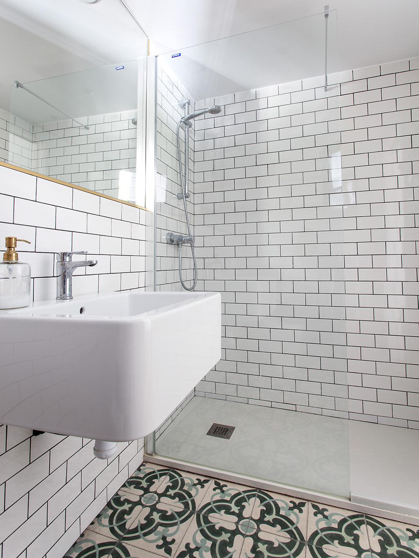 Kleine driehoekige badkamer van een stoere loft woning uit Barcelona