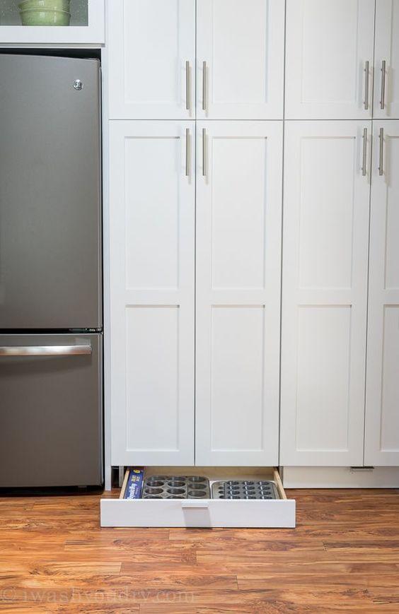 Kleine keuken inrichten lades aan onderkant van de keukenkasten