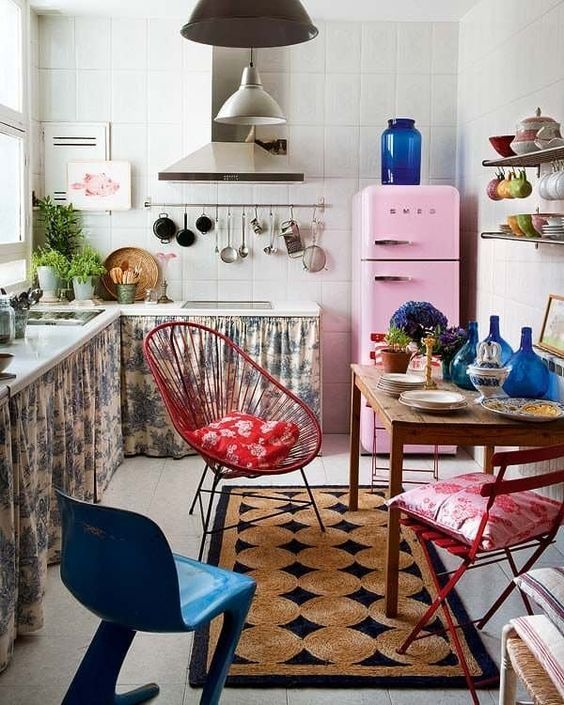 Kleine keuken inrichten opbergruimte boven het fornuis