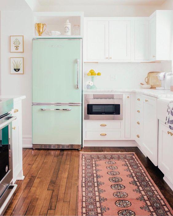 Kleine keuken inrichten Opbergruimte boven koelkast