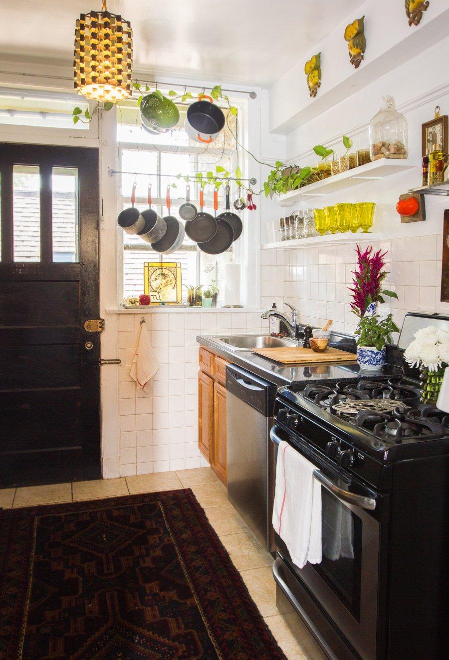 Kleine keuken inrichten Opbergruimte voor het raam