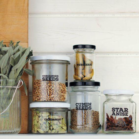 Kleine keuken inrichten potten labels
