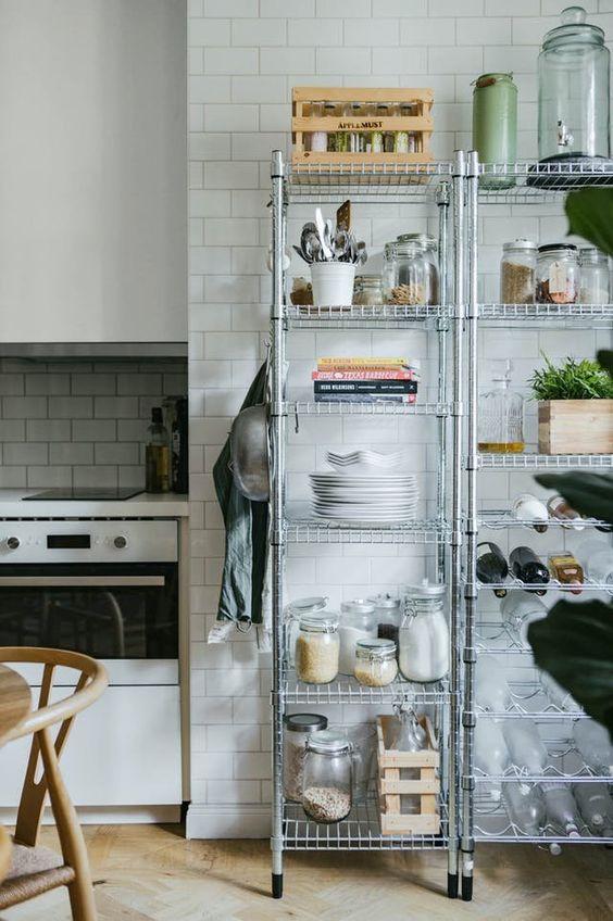 Kleine keuken inrichten Stellingkasten in een kleine keuken