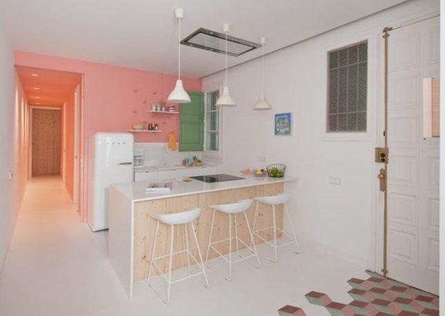 Kleine keuken met pastelkleuren