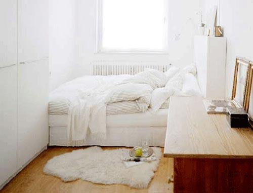 Kleine slaapkamer met lichte kleuren