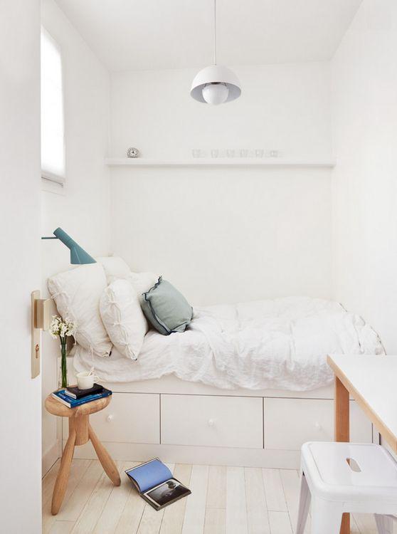kleine slaapkamer met opbergruimte voor kind