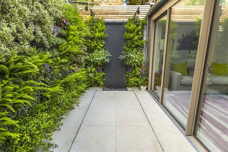 kleine tuin ideeën verticale planten tegen schuttingen