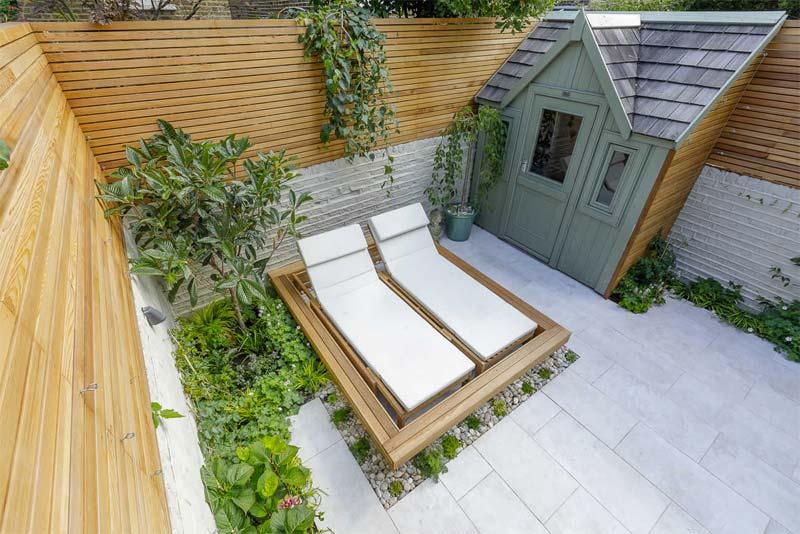 kleine tuin inspiratie houten ligbedden
