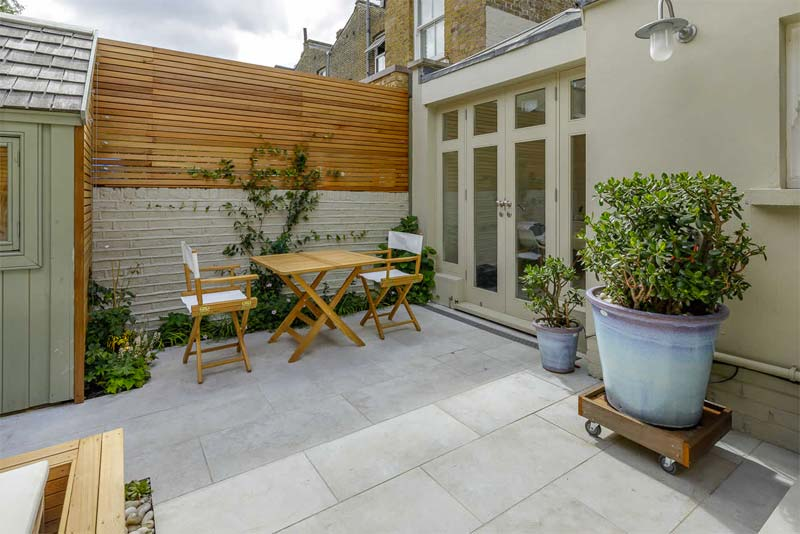 kleine tuin inspiratie houten schutting op stenen muren